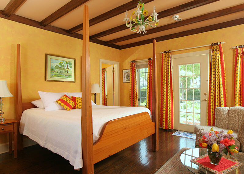 Shenandoah Valley Lodging - Coco Chanel Room bed