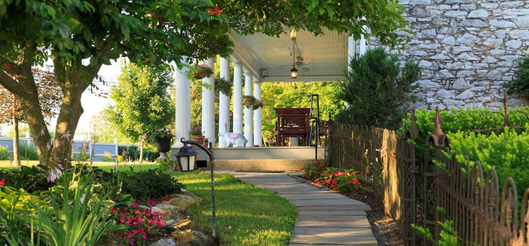 L'Auberge Provencale front porch