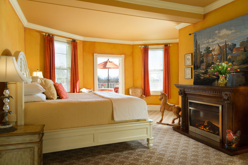 Yellow room w/fireplace at Virginia Inn