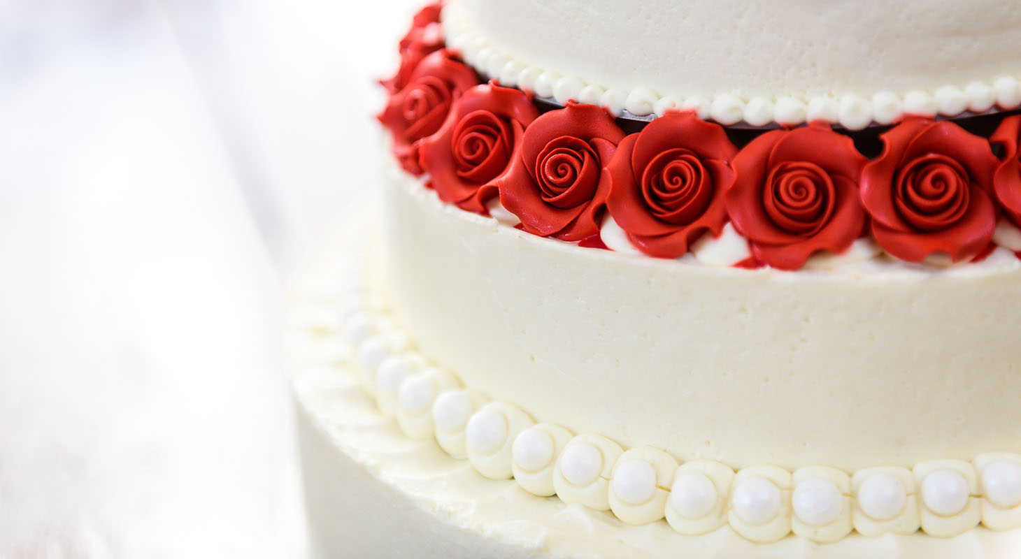 Stunning wedding cake with pearls and red roses